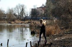 Cotoes do rio da menina fotografia de stock royalty free