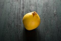 Cotogna gialla sulla tavola scura Immagine Stock Libera da Diritti