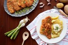 Cotoletta alla milanese con le patate bollite Fotografie Stock