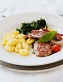 Cotoletta con gli gnocchi e gli spinaci Fotografie Stock