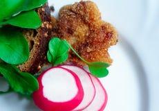 Cotoletta con l'insalata di razzo e del pane Immagini Stock