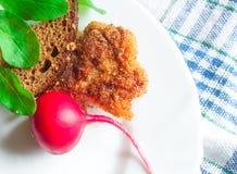 Cotoletta con l'insalata di razzo e del pane Immagini Stock Libere da Diritti