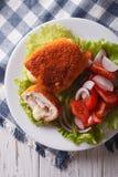 Cotoletta cordon bleu del pollo e un primo piano dell'insalata Cima verticale Immagini Stock Libere da Diritti