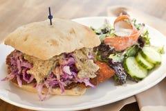 Cotoletta della carne di maiale con il panino porpora della senape di messa a terra e dei crauti Fotografia Stock Libera da Diritti