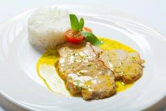 Cotoletta della carne di maiale con la salsa ed il riso di curry Fotografia Stock