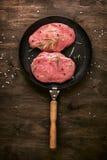 Cotoletta della carne di maiale Due pezzi di carne cruda pronti per la preparazione con il g Immagini Stock Libere da Diritti