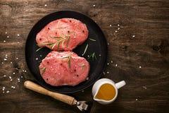 Cotoletta della carne di maiale Due pezzi di carne cruda pronti per la preparazione con il g Fotografia Stock