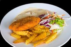 Cotoletta della cotoletta con la patata e l'insalata Foto di vista superiore della cotoletta del pollo fritto sulla tavola di leg fotografie stock