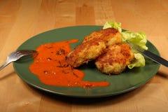 Cotoletta della patata, salsa di pomodori e fogli della lattuga Fotografia Stock Libera da Diritti