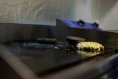 Cotoletta fritta su uno strato di cottura Fotografia Stock