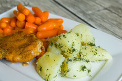 Cotoletta impanata con le patate e la carota bollite Immagine Stock