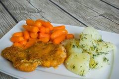 Cotoletta impanata con le patate e la carota bollite Fotografie Stock