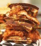 Cotoletta piccante calda del pollo fritto sulle cialde belghe arrostite Fotografia Stock Libera da Diritti