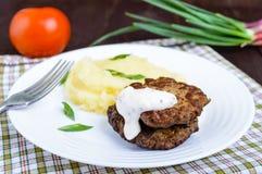 Cotoletta succosa del fegato con salsa e le purè di patate fotografia stock libera da diritti