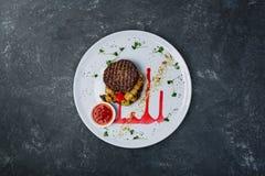 Cotolette arrostite dal vitello con le verdure arrostite e la salsa della miscela Fotografie Stock