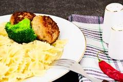 Cotolette con pasta e broccoli Immagini Stock Libere da Diritti