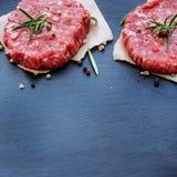 Cotolette crude fresche dell'hamburger Immagini Stock Libere da Diritti