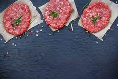 Cotolette crude fresche dell'hamburger Fotografie Stock Libere da Diritti