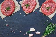 Cotolette crude fresche dell'hamburger Fotografie Stock