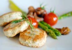Cotolette del pollo con asparago ed i pomodori Fotografie Stock Libere da Diritti