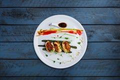 Cotolette del pollo con asparago in salsa di vino Fotografie Stock Libere da Diritti
