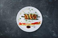 Cotolette del pollo con asparago in salsa di vino Immagine Stock