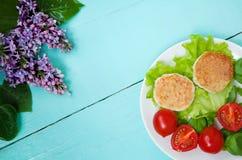 Cotolette del pollo con i pomodori ciliegia Fotografia Stock Libera da Diritti
