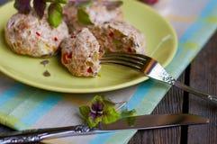 Cotolette del pollo con le verdure e la crusca immagine stock