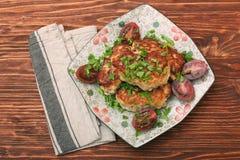 Cotolette del pollo su fondo di legno Fotografia Stock