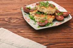 Cotolette del pollo su fondo di legno Immagini Stock