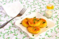 Cotolette del riso fritto su un piatto Ricetta vegetariana facile fotografia stock