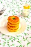 Cotolette del riso fritto sul piatto Ricetta vegetariana facile Immagini Stock Libere da Diritti