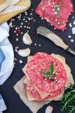 Cotolette dell'hamburger e carne crude fresche del beaf Immagini Stock