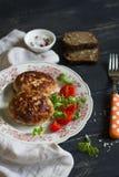 Cotolette di carne di maiale con insalata di verdure Immagini Stock Libere da Diritti