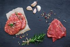 Cotolette fresche dell'hamburger e della carne cruda Fotografie Stock