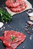 Cotolette fresche dell'hamburger e della carne cruda Immagine Stock Libera da Diritti