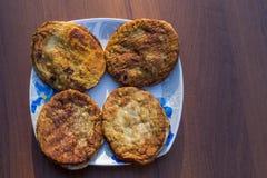 Cotolette fritte in un piatto sulla tavola di legno Fotografie Stock Libere da Diritti