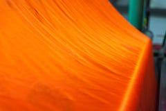 Coton cru orange dans l'usine, fils de coton Photo stock