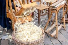 Cotone di cardatura di legno della cardatrice della mano Immagini Stock
