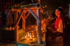 Cotone tradizionale tailandese bello di usura di donna tessuto fotografie stock