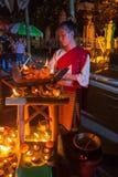 Cotone tradizionale tailandese bello di usura di donna tessuto immagine stock