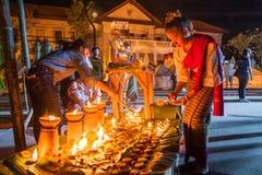 Cotone tradizionale tailandese bello di usura di donna tessuto fotografia stock libera da diritti