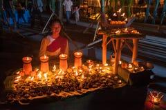 Cotone tradizionale tailandese bello di usura di donna tessuto immagini stock libere da diritti