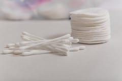 Cotonetes de algodão e discos do algodão Imagem de Stock Royalty Free