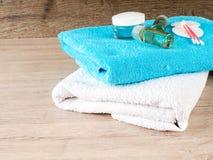 Cotonetes de algodão e líquido de limpeza - skincare - tratamento da beleza, botões do algodão, disco Imagens de Stock