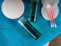 Cotonetes de algodão e líquido de limpeza - skincare - tratamento da beleza, botões do algodão, disco Fotografia de Stock Royalty Free