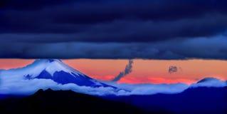 Cotopaxi, der allmächtige Vulkan, der die Stadt von Quito, Ecuador überhängt Lizenzfreies Stockfoto