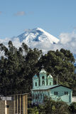 Cotopaxi-Vulkan über der Kirche Sans Jaloma, Anden Stockfotografie