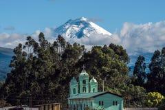 Cotopaxi-Vulkan über der Kirche Sans Jaloma, Anden Stockfotos