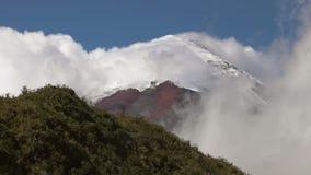 Cotopaxi-Vulkan zwischen Wolken stock footage